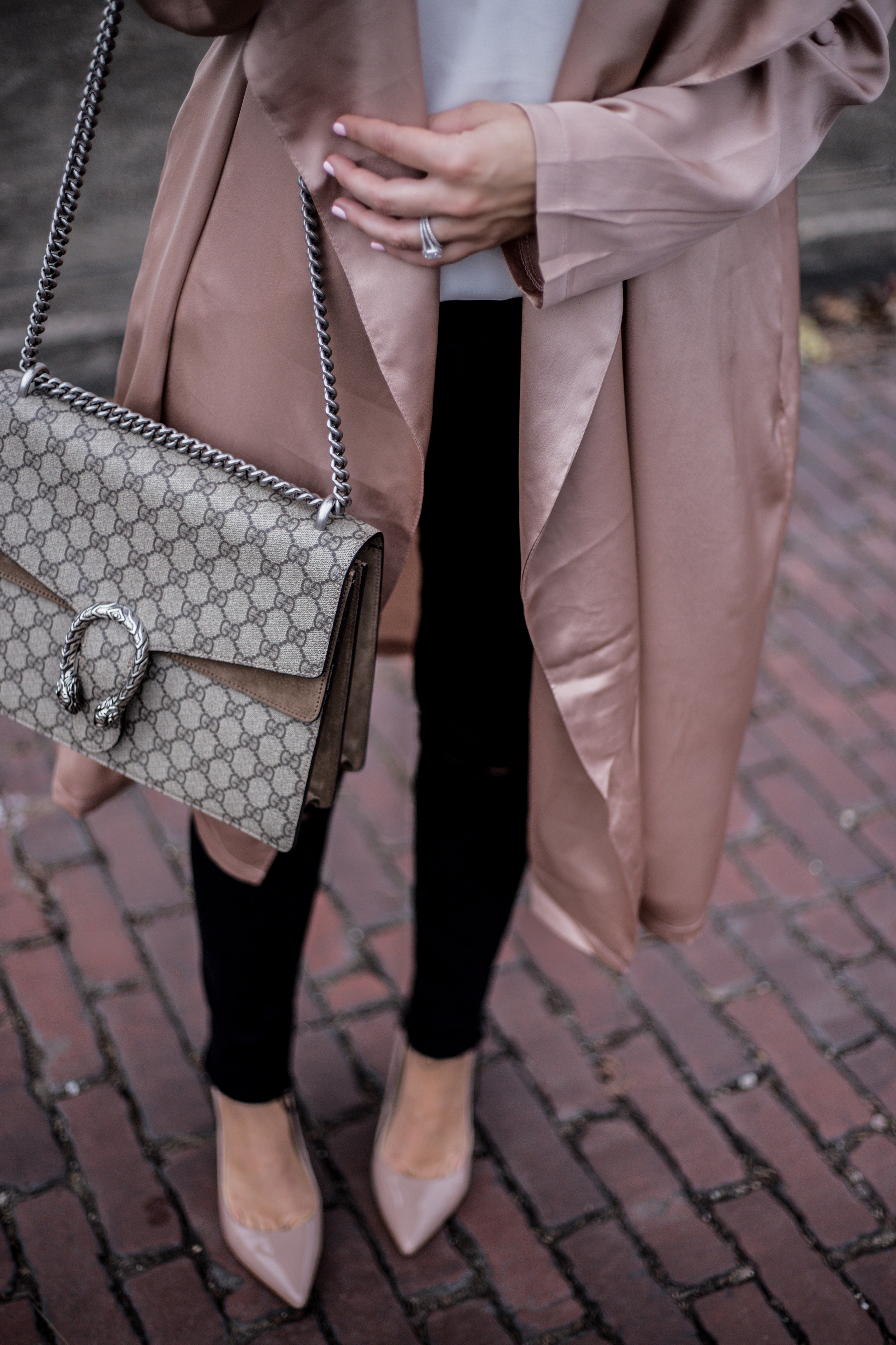 Lifestyle blogger Tiffany Jais of Flaunt and Center wearing a satin duster jacket with skinny jeans |